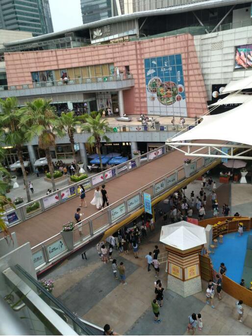 深圳福田购物公园的星空栈道与塑木地板