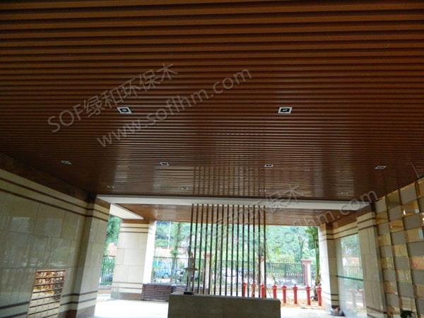 皇庭港湾项目规划用地面积26401.92平方米,总建筑面积达52803平方米,容积率为2.0,是目前深圳后海湾片区容积率较低高尚住宅项目之一。该项目将于2008下半年推向市场。 深圳首个住宅公建国际化标杆项目 ——LOW-E玻璃幕墙,全生态木挂板,比肩甲A级写字楼,生态健康节能 首个实现主佣分区的项目 ——大堂、电梯间分入口设计、双入户、独立工人房、服务人员露台 ——深圳首个天阶泳池、泳池采用顶级绿和环保木地板、深圳首个按摩水疗室、深