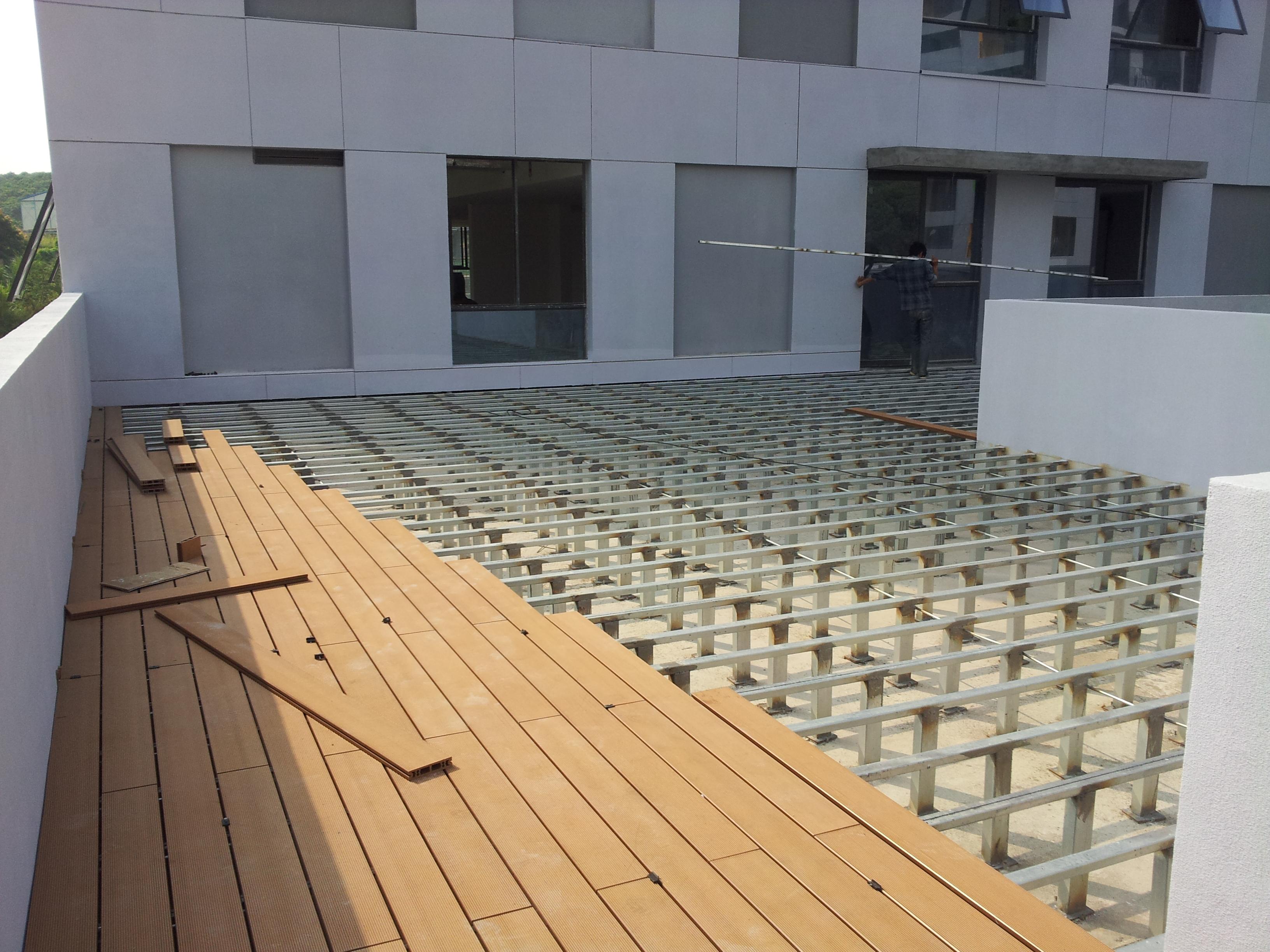 我们主要专门做户外园林工程项目的,这段时间我们在深圳南方科技大学那边校园需要塑木地板,需要用塑木地板140*35的规格等几款材料,当时在百度随便一输入深圳塑木地板,看到的全是绿和绿可塑木供应商的信息,通过一条信息就联系到该企业的销售人员,并经过交流,表达我们的意愿,最终通过到该公司面谈,看过了样品,最后和他们签订了合作关系,绿和绿可塑木板的质量真的比别的厂家要好,由于是工厂直销价格很优惠,还帮忙送到我们工地,经过这次合作,我感觉很满意,下次有项目需要环保木材料,我们还是找绿和绿可塑木厂。 深圳南方科技大学